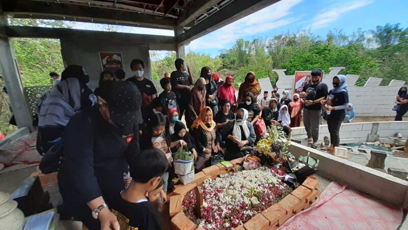 Peringati 100 Hari Meninggalnya Didi Kempot, Yan Vellia Bersama Rombongan Ziarah ke Ngawi