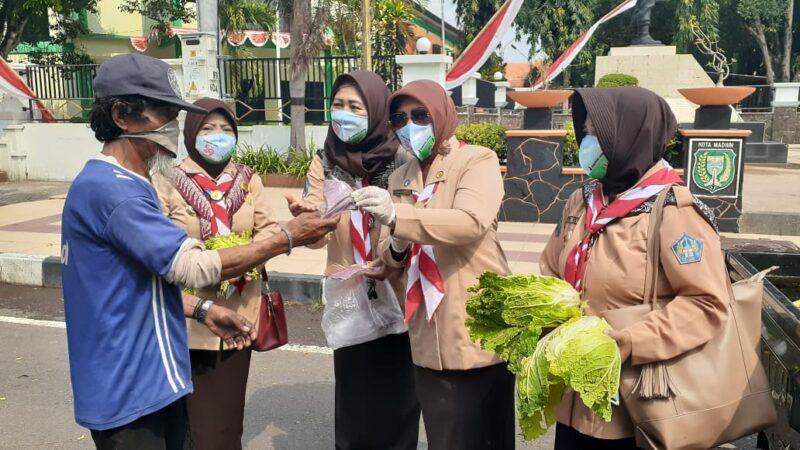 Peringati Hari Pramuka ke-59, Anggota Kwarcab Kota Madiun Bagikan 5.000 Masker