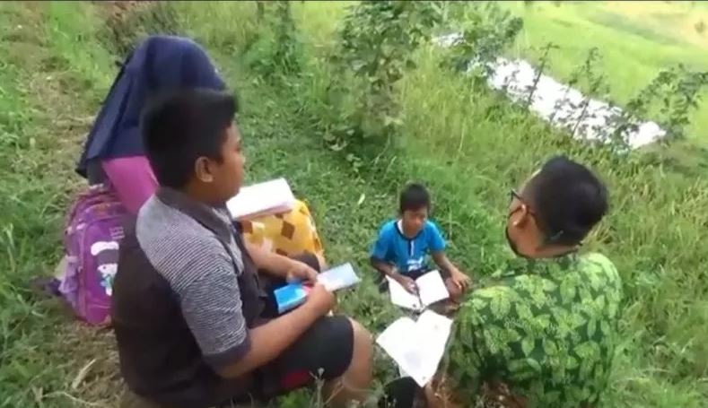 Cerita 3 Siswa di Jember yang Harus Naik Turun Gunung Demi Mendapatkan Sinyal