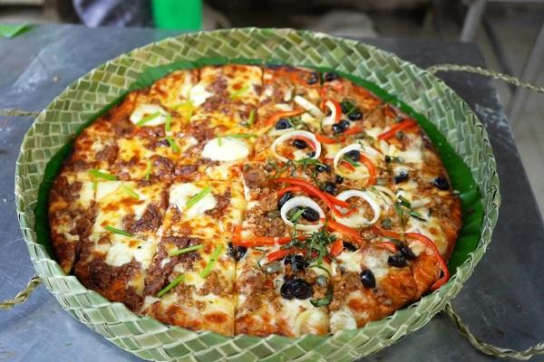 Kehabisan Kardus, Restoran Pizza Ini Pakai Kotak dari Daun Pandan
