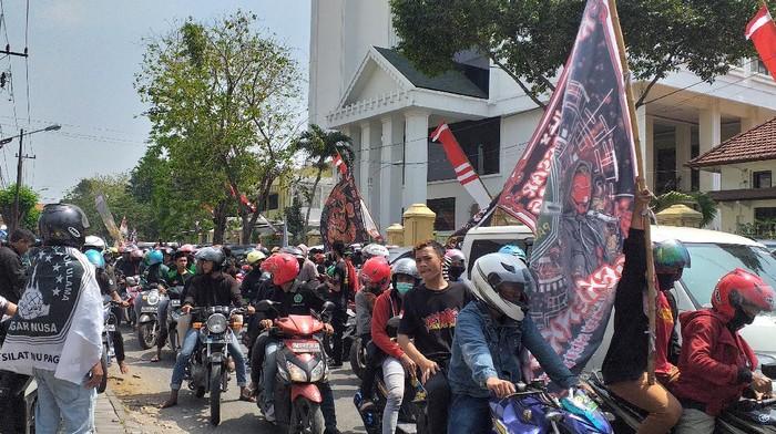 Ratusan Pesilat Pagar Nusa Datangi PN Surabaya Untuk Kawal Sidang Pembunuhan, Ternyata Ditunda
