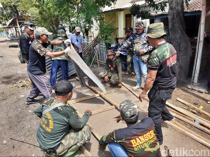 Banser Situbondo Gotong Royong Perbaikin Rumah yang Dirusak Oknum Anggota PSHT