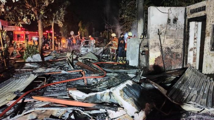 Kabel PLN Terbakar, Tiga Warung dan Satu Kios Tambal Ban di Tulungagung Ludes Dilalap Api