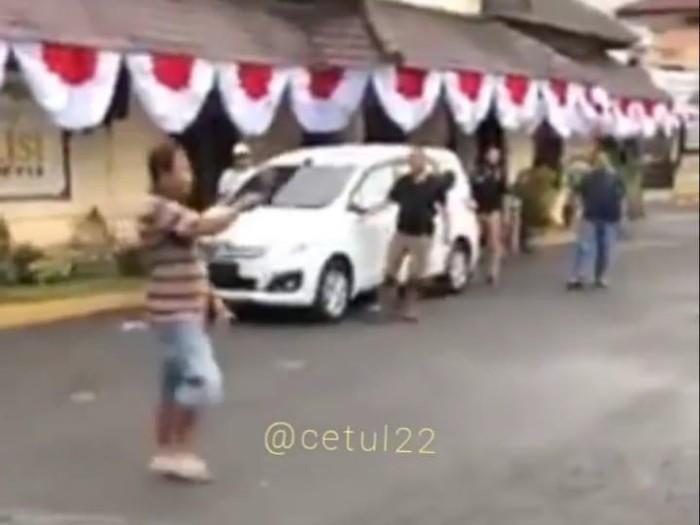 Seorang Pria Nekat Bawa Parang Ke Mapolres Jember, Polisi Lepaskan Tembakan
