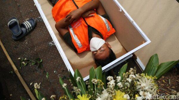 Viral: Warga Tak Bermasker di Jakarta Disanksi Masuk Peti Mati