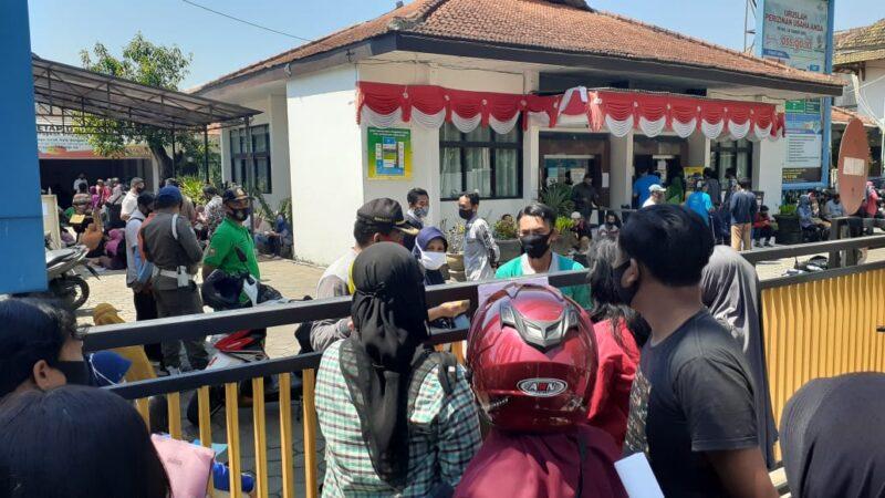 Lengkapi Syarat Bantuan, Ratusan Pelaku UMKM Kota Madiun Membeludak di Dinas Penanaman Modal