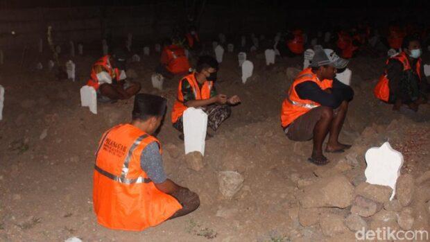 Bikin Kapok! 54 Warga Sidoarjo Dihukum Ngaji di Kuburan Pasien Covid-19
