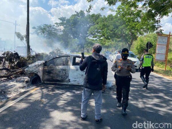 Tabrak Pohon, Mobil Agya Hangus Terbakar di Dekat Jembatan Suramadu