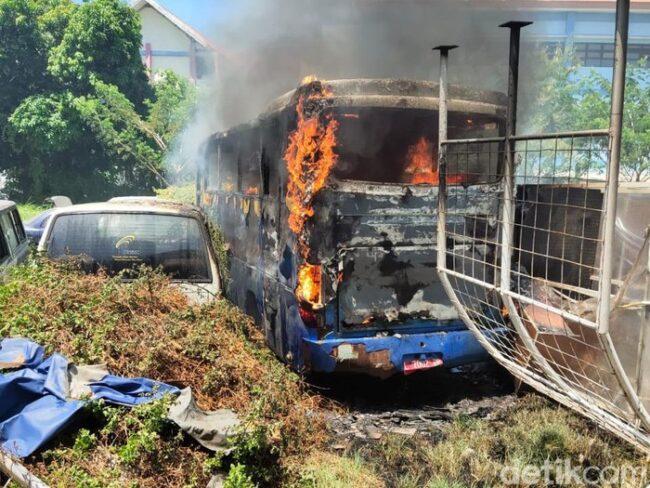 Sudah Dilelang, Bus Milik Unair Surabaya Terbakar