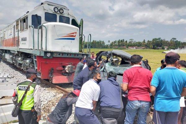 KA Penataran Hantam Daihatsu Xenia di Malang, 2 Meninggal, 4 Luka-Luka