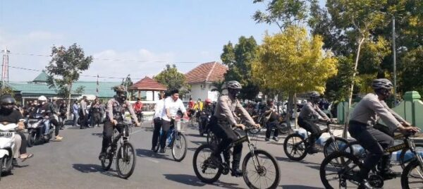 Ony-Antok Naik Sepeda saat Daftar di KPU Ngawi