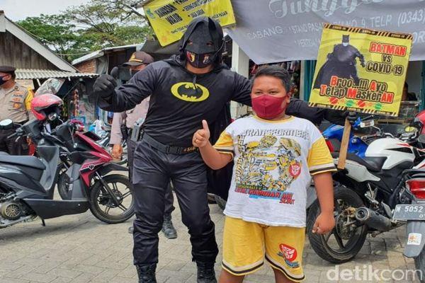 """Awas! Ada """"Batman"""" Siap Memburu Warga Tak Bermasker di Pasuruan"""