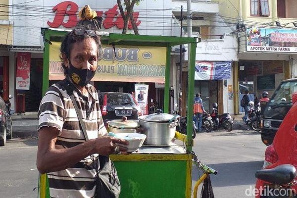 Wow, Penjual Bubur di Surabaya Jago Berbahasa Inggris dan Jepang
