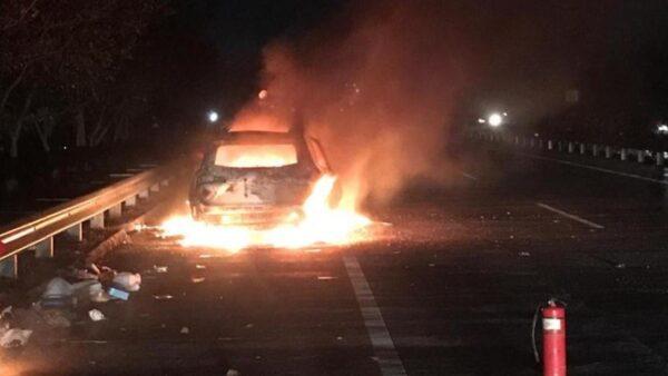 Diduga Overheat, Mobil SUV Terbakar Tinggal Rangka di Tol Japanan-Gempol