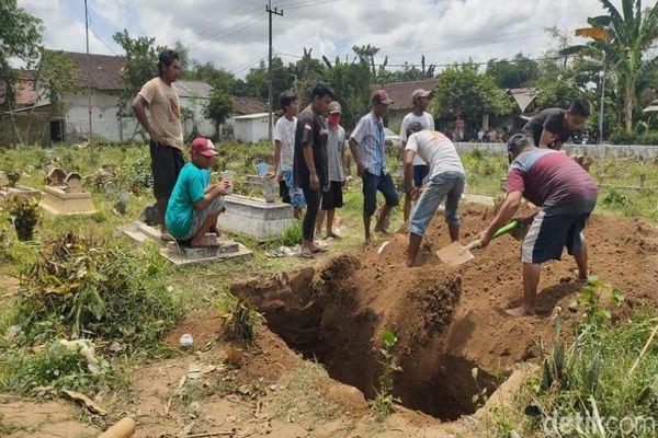 Sepakat Pemakaman Protokol Covid-19, Liang Lahad Sudah Diuruk di Jember Digali Lagi