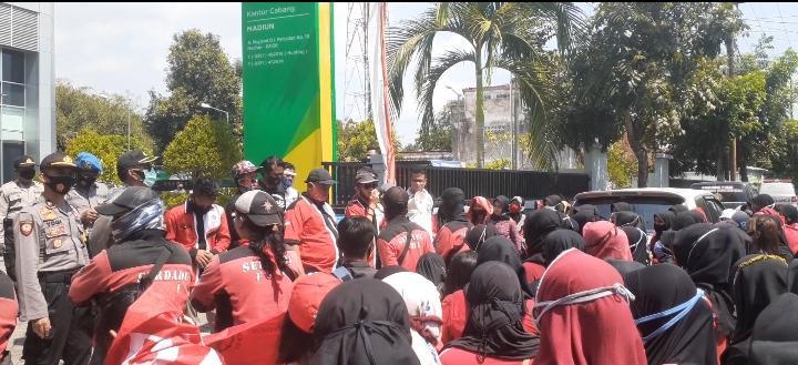 Ratusan Pekerja Pabrik Beha Unjuk Rasa di BPJS KetenagakerjaanMadiun