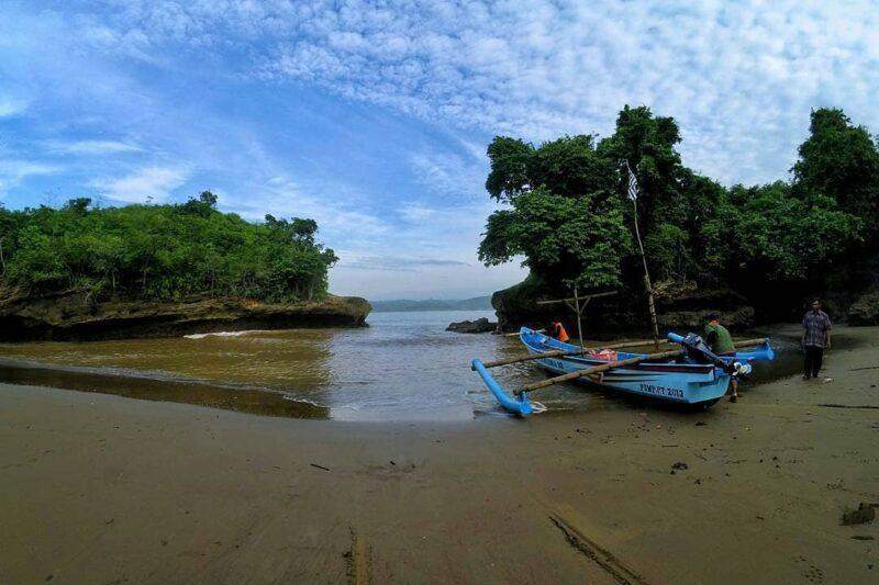 Naik Karang Pantai Serang Untuk Foto-Foto, Pemuda Blitar Jatuh Hilang Ditelan Ombak