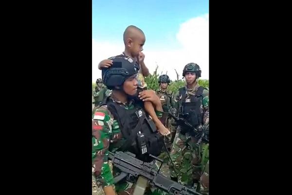 Dilarang Mamanya, Anak Balita Papua Ini Merengek Ikut Tentara