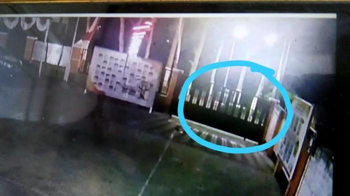 Kamera CCTV KPU Kota Blitar Rekam Orang yang Diduga Pelempar Benda Klenik