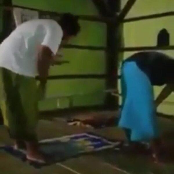 Video Pria Salat Berjemaah Sambil Main HP di Sampang Viral