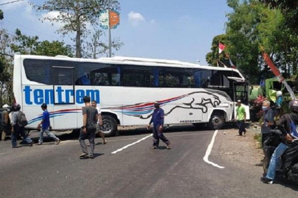 Bus Rem Blong Bikin Tabrakan Karambol di Malang, 1 Meninggal Dunia