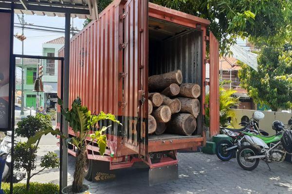 Duh, Truk Pos Indonesia Digunakan Mengangkut Kayu Ilegal di Madiun