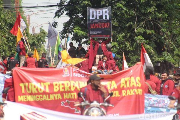 Tak Ditemui Anggota Dewan, Massa Mahasiswa Jebol Pagar DPRD Sidoarjo