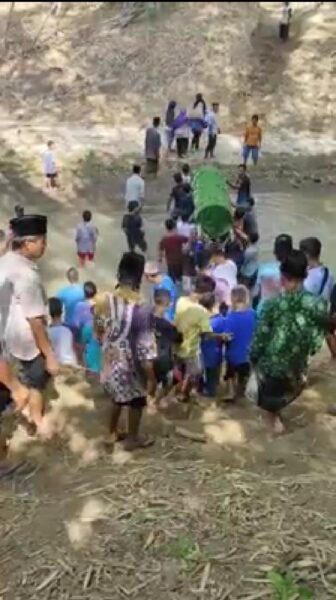 Viral! Warga Ponorogo Gotong Keranda Jenazah Lewati Sungai