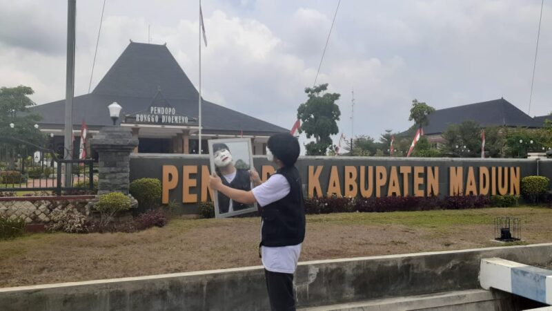 Peringati Sumpah Pemuda, Remaja Ini Lakukan Aksi Pantomim di Pendapa Pemkab Madiun