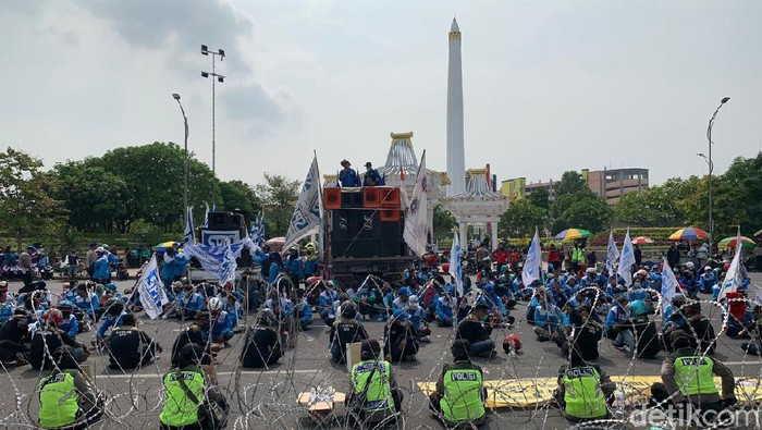 Tolak Omnibus Law, Massa Kembali Padati Kantor Gubernur Jatim