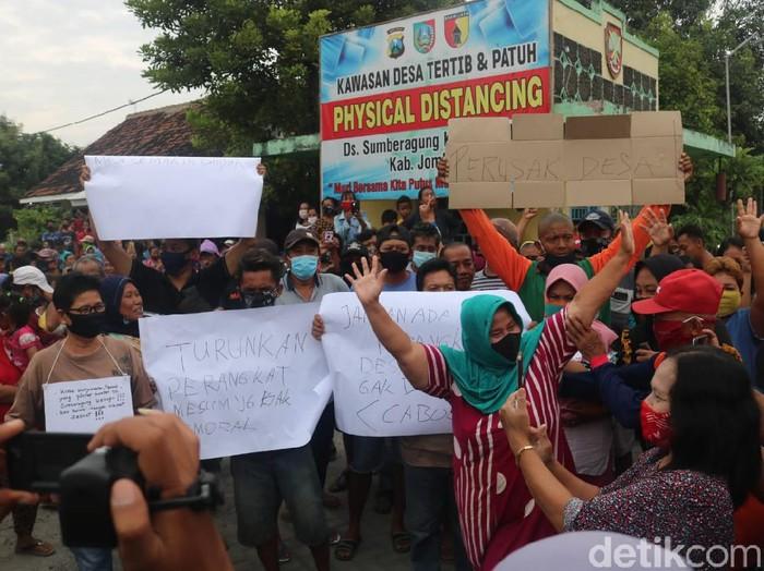 Diduga Berzina, 2 Perangkat Desa di Jombang Didemo Supaya Dicopot