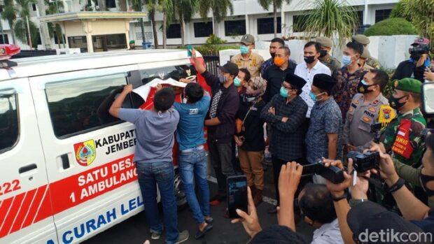Gambar Bupati Faida di 248 Ambulans Desa Ditutup Logo Pemkab Jember