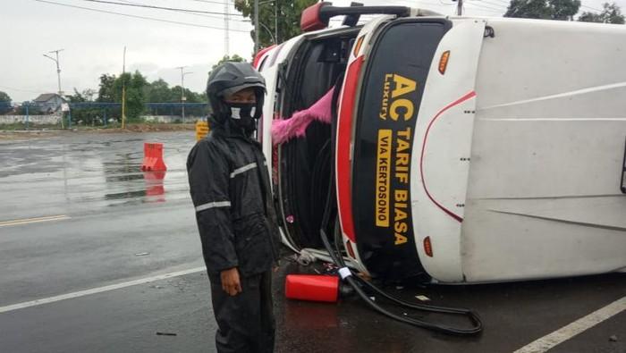 Bus Terguling di Tulungagung, 11 Penumpang Luka-Luka