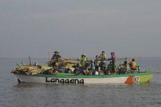 Warga terlibat dalam penanaman ratusan ribu mangrove melalui kegiatan padat karya di pesisir pantai Randuboto, Kecamatan Sidayu, Kabupaten Gresik, Rabu (28/10/2020). (Istimewa)