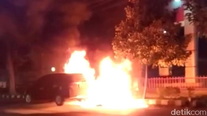 Antre Isi BBM di SPBU Kota Kediri, Mobil Habis Terbakar