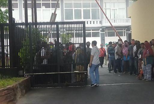 Antre di Polrestabes Surabaya, Orang Tua Jemput Anak yang Ditahan karena Demo