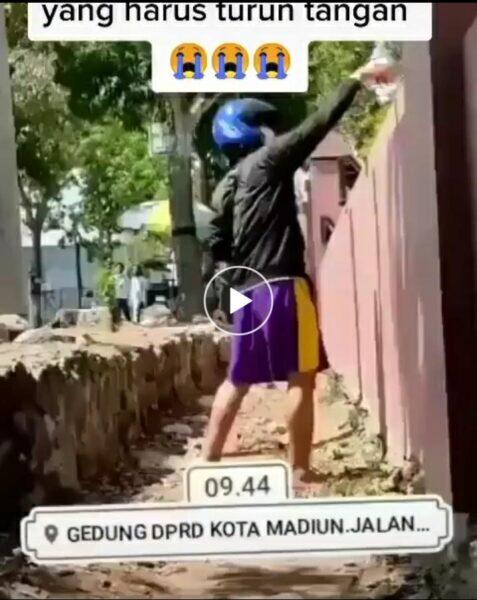Aksi Nyeleneh Pria di Madiun, Tabur Bunga di Pagar Gedung DPRD