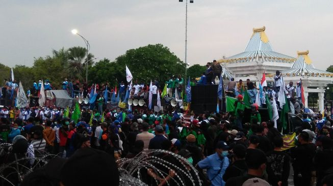 Kecewa Tak Ditemui Khofifah, Massa Buruh Tolak Omnibus Law Bakar Kemenyan