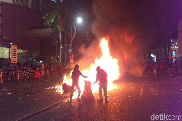 Massa Buruh dan Mahasiswa Bertahan di Depan Tunjungan Plaza Surabaya