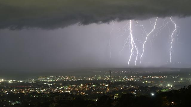 Hujan Disertai Petir Guyur Jatim Mulai Siang Hari Pertama Ramadan