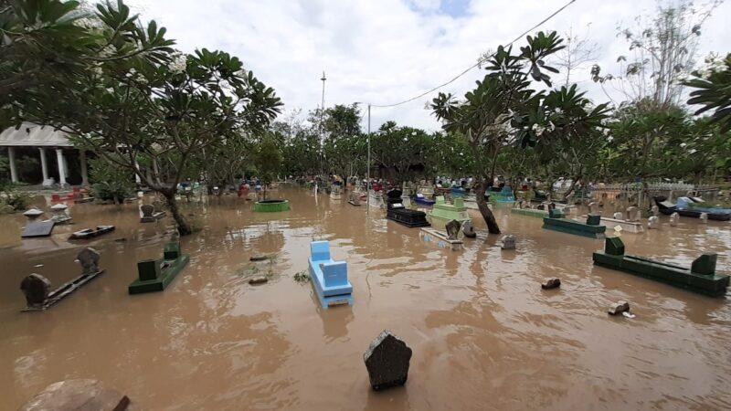 Waduh, Tempat Permakaman di Madiun Terendam Banjir