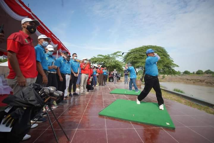 Mantap! Ada Tempat Latihan Golf di Bantaran Kali Madiun