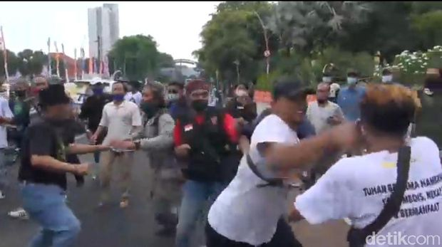 Aksi Arek Suroboyo Tolak FPI Ricuh, 2 Orang Dilarikan ke Rumah Sakit