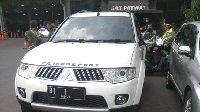 Tak Puas Kinerja Jokowi, Mobil Ormas Berpelat Nomor RI 1 Terobos Mabes Polri