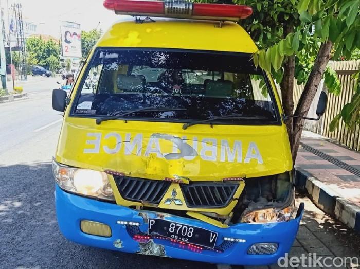 Bawa Pasien Covid-19, Ambulans di Banyuwangi Tabrak Polisi