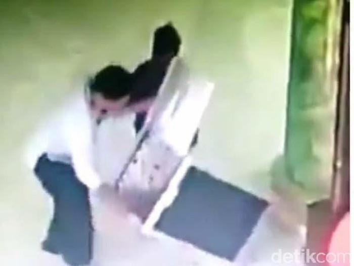 Bapak, Ibu, dan Anak Terekam Kamera CCTV Mencuri di Masjid Malang