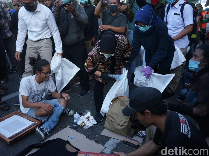 Wow! Wali Kota Risma Tembus Massa Demonstran untuk Punguti Sampah