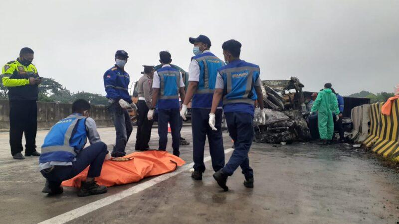 Usai Tabrak Truk, Mobil Elf Terbakar di Tol Madiun-Nganjuk Sebabkan 3 Orang Tewas
