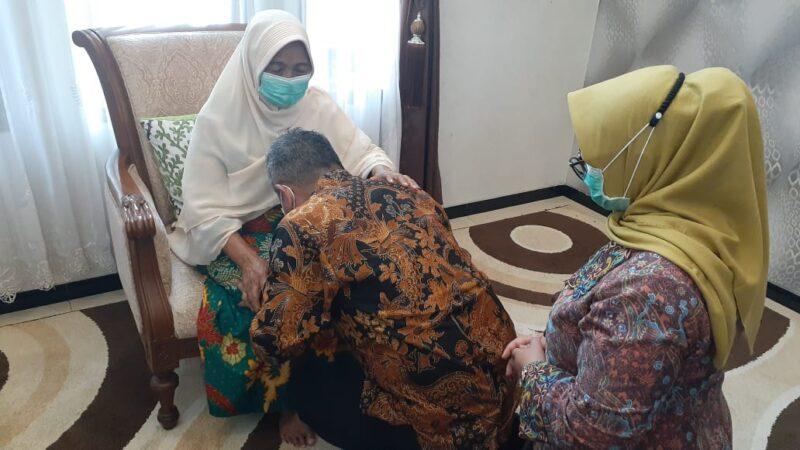 Sebelum ke TPS, Cawabup Ponorogo Bambang Bersama Istrinya Sungkem ke Orang Tua