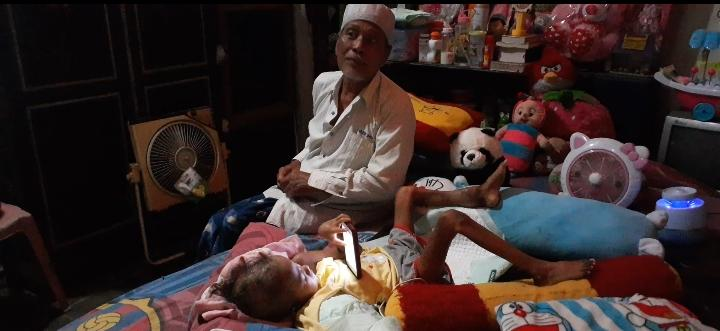 Perjuangan Kakek Pengayuh Becak di Madiun Rawat Cucunya yang Alami Kanker Tulang